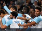striker-olympique-marseille-mario-balotelli-merayakan-gol-dengan-rekan-rekannya.jpg