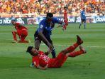 striker-psm-guy-junior-biru-saat-berduel-dengan-gelandang-persija-rohit-chand.jpg