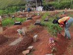 suwarni-53-warga-legoso-ciputat-saat-mengunjungi-makam-mendiang-suami-di-tpu-jombang.jpg