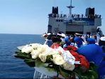 tabur-bunga-keluarga-awal-kapal-selam-kri-nanggala1.jpg
