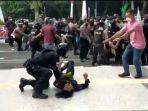tangkapan-layar-video-polisi-banting-mahasiswa-0910245.jpg