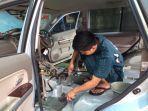 teknisi-membersihkan-mobil-bekas-terendam-banjir-di-dealer-suzuki-cibubur-kamis-2522021.jpg