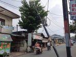 tiang-kabel-utilitas-miring-di-jalan-raya-mutikasari-mustika-jaya-bekasi-rabu-3132021.jpg