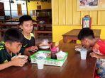 tiga-bocah-pemilik-nama-muhammad-menyantap-soto-daging-campur-soto-seger-boyolali.jpg