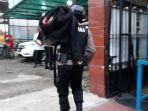 tim-jibom-gegana-brimob-polda-metro-jaya-membawa-granat-nanas-dan-magasin.jpg