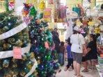 toko-pernak-pernik-natal-di-pasar-baru-bekasi-ramai-pembeli241.jpg