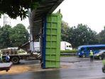 truk-kontainer-tersangkut-di-jpo.jpg