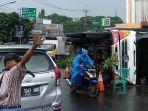 truk-terguling-di-jalan-jombang-raya-pondok-aren-tangerang-selatan-selasa-4122018.jpg