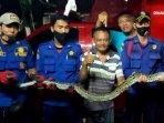 ular-sanca-sepanjang-4-meter-yang-dievakuasi230920201.jpg