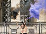 wanita-prancis-telanjang-dada-rayakan-hari-perempuan-internasional2.jpg