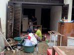warga-cipinang-melayu-bersihkan-rumah-m.jpg