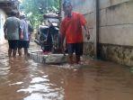 warga-gang-arus-cawang-amankan-harta-benda-dari-banjir-2_20180205_115855.jpg