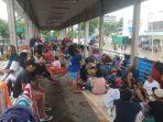 warga-korban-banjir-mengungsi-di-halte-baswe.jpg