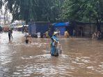 warga-menjala-ikan-di-jalan-raya-bintara-kecamatan-bekasi-barat-yang-kebanjiran.jpg