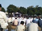 warga-padati-halaman-masjid-agung-al-azhar2.jpg
