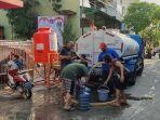 warga-pademangan-manfaatkan-bantuan-mobil-tangki-air-bersih.jpg