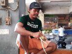 zahlan-39-pedagang-kulit-ketupat-di-pasar-baru-bekasi.jpg
