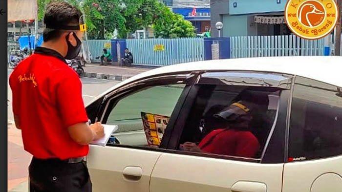 Manajemen restoran Bebek Kaleyo menghadirkan layanan pesan dari mobil khusus di wilayah DKI Jakarta.