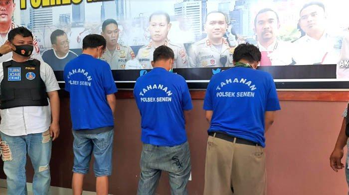 Tiga orang ditangkap polisi karena kedapatan menjadi calo surat hasil rapid test antibodi, yang menjadi syarat bepergian menggunakan kereta api jarak jauh.