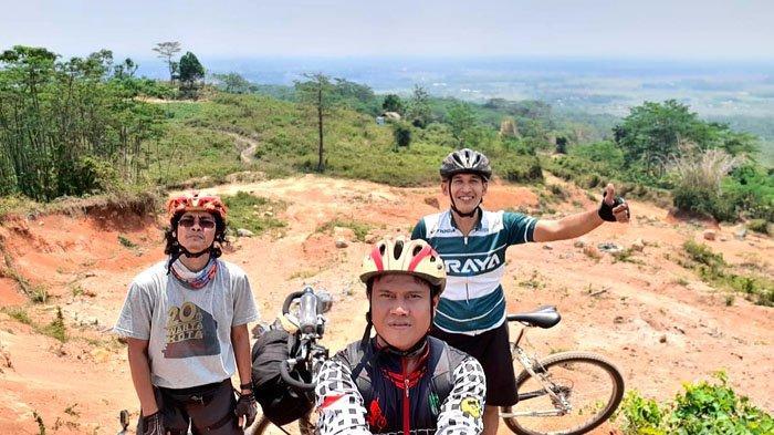 Tim Warkot Gowes dan Agus Munjul, dengan latar belakang pemandangan indah kawasan karst Klapanunggal, Sabtu (5/9/2020).