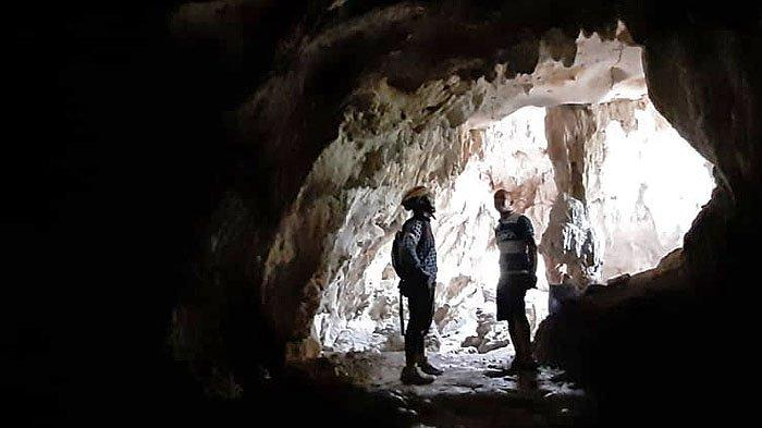 Gua Tawanan merupakan salah satu gua yang terdapat di kawasan Karst Klapanunggal, Kabupaten Bogor.