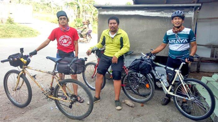 Tim Warkot Gowes yang selalu bahagia setiap menggowes sepeda.