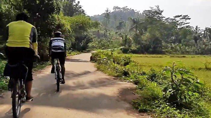 Jalan berliku dalam perjalan ke Desa Cioray lagi, Kamis (1/10/20).