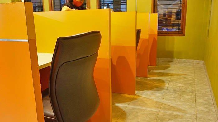 Lantai dua merupakan area co-working dengan suasana yang ceria.