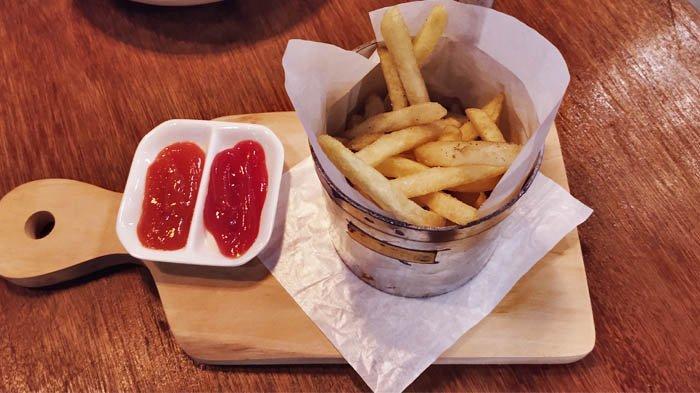 Menu kentang goreng disajikan dengan unik, menggunakan kaleng ukur minyak.