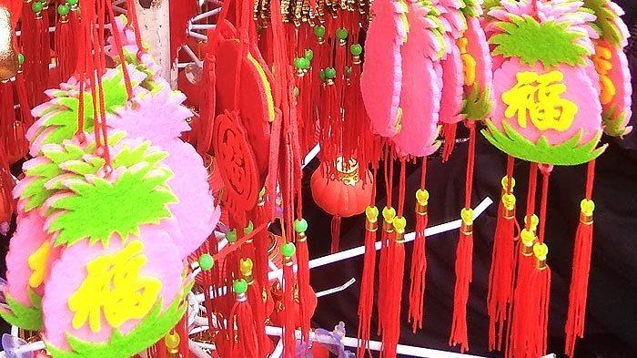 Jalankan Ritual Xiao Nian, Pengunjung Pasar Petak Sembilan Berburu Kue dan Dekorasi