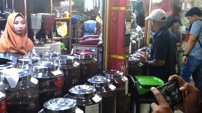 Kopi Indonesia Jadi Cendera Mata, Toko Dunia Kopi di Pasar Santa Diserbu Konsumen