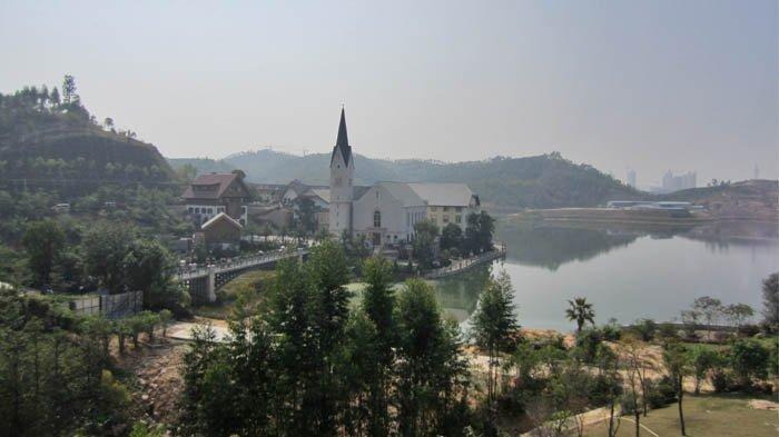 Hallstatt di Provinsi Guandong, Tiongkok, merupakan replika kota Hallstatt di Austria.