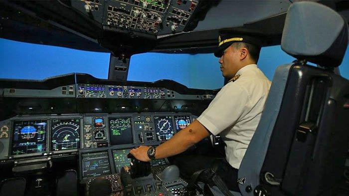 Warga Singapura bisa belajar mengemudikan pesawat lewat simulator Singapore Airlines, dalam program bertajuk Inside Singapore Airlines.