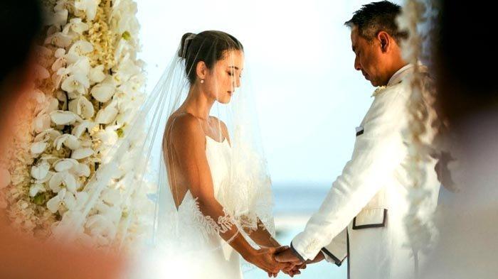 Upacara pemberkatan pernikahan Julie Estell dan David Tjiptobiantoro dilakukan di tempat terbuka.