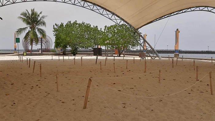 Pihak Taman Impian Jaya Ancol telah menyiapkan kavling untuk piknik di pantai, yang letaknya berajuhan satu sama lain, dan dibatasi dengan tali.