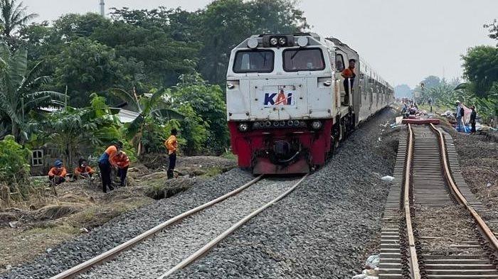 Kereta api KLB D1/10481 melewati Km 55 +100 sampai KM 54+500 pada Selasa (23/2/2021) pukul 10.29. KLB D1/10481 adalah kereta api pertama yang lewat jalur KA Stasiun Kedungdedeh - Stasiun Lemahabang, setelah jalur itu terputus akibat banjir di Kabupaten Bekasi.