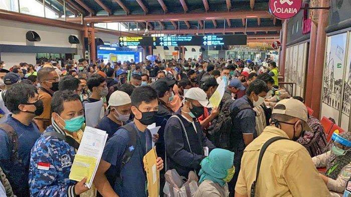 Calon Penumpang Berjubel di Bandara Soekarno Hatta, Aturan Pembatasan Fisik Tak Dihiraukan