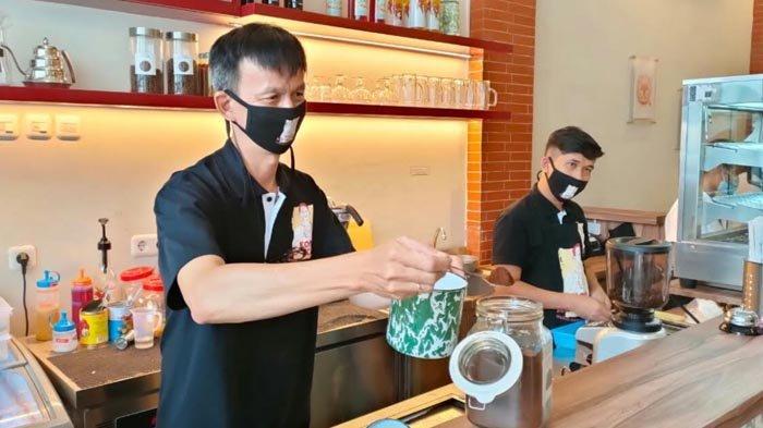 Ko Acung sedang menyiapkan menu kopi khas peranakan Sambas, Kalimantan Barat.