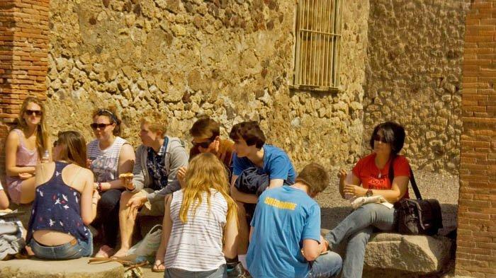 Kota kuno Pompeii kerap menjadi tujuan wisata pendidikan pelajar SMA dari Amerika Serikat dan Kanada.