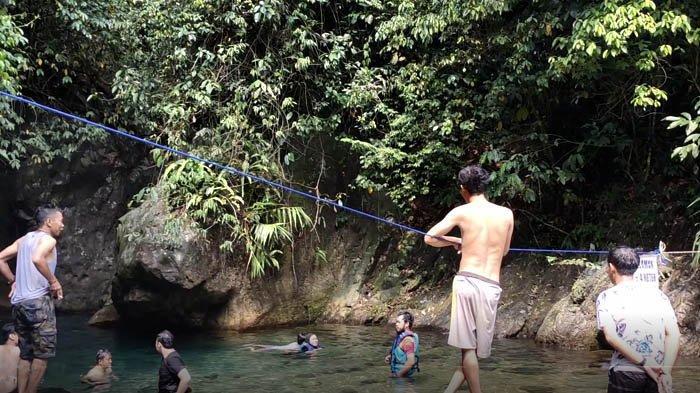 Leuwi Lieuk di Desa Sukamakmur, Kabupaten Bogor. Memiliki kedalaman  sampai 7 meter.