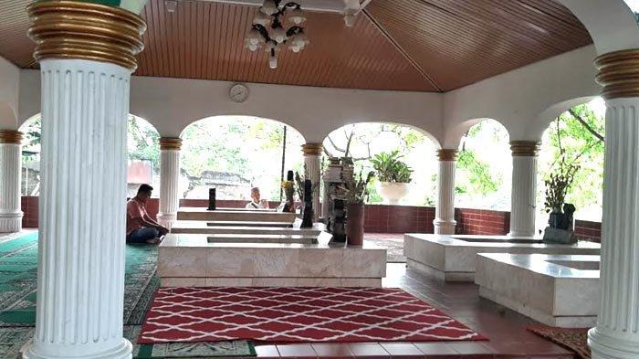 Berdekatan dengan makam Pangeran Jayakarta, dimakamkan pula anak dan sanak kerabatnya. Para keturunan Pangeran Jayakarta kemudian membangun cungkup untuk melindungi semua makam tersebut