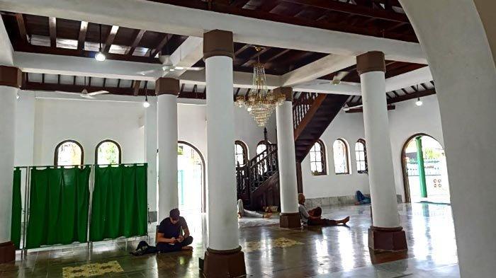 Perpaduan arsitektur tradisional Indonesia dan arsitektur Islam terlihat di bagian dalam Masjid Jami Al-Ma'mur. Soko guru dari Indonesia berpadu dengan bentuk melengkung yang menjadi ciri khas arsitektur Islam.