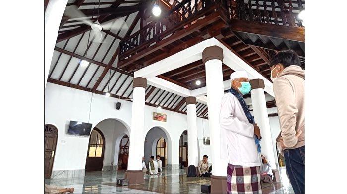 Sistem atap tumpang pada Masjid Jami Al-Ma'mur Cikini merupakan bentuk arsitektur khas Indonesia.