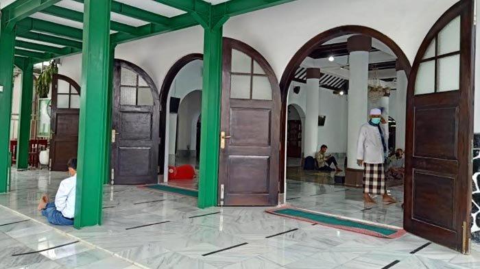 Pintu-pintu besar di Masjid Jami Al-Ma'mur Cikini menggunakan kayu jati untuk kusen dan daun pintunya.