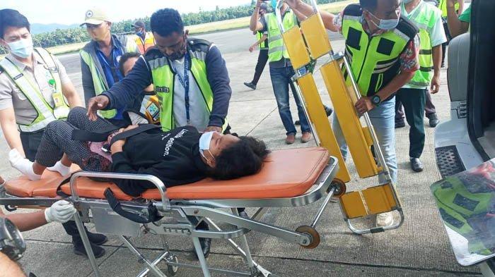 Penumpang Lion Air JT-797 rute Jayapura - Makassar yang melahirkan dalam penerbangan, Selasa (17/11/2020), dibawa ke rumah sakit di Ambon, Maluku.