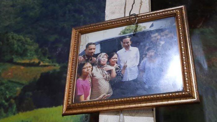 Foto Presiden Joko Widodo saat berkunjung ke warung Nasi Gandul Ibu Endang pada tahun 2018.