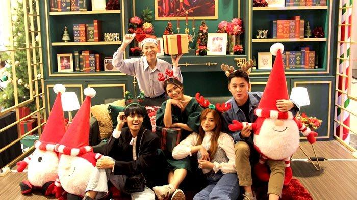 Isi Liburan Akhir Tahun dengan Bertemu Santa Claus dan Berfoto di Rumahnya