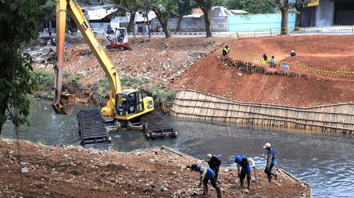 Dinas Pekerjaan Umum dan Penataan Ruang (PUPR) Kota Tangerang melakukan normalisasi Kali Mookervaart.