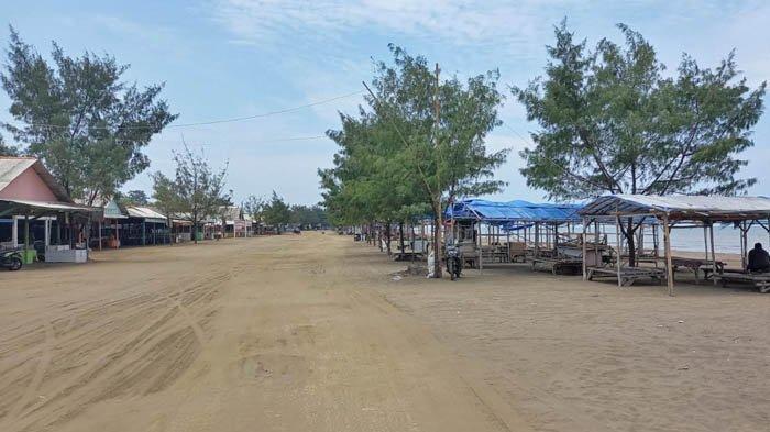 Pasir berwarna cokelat gading, dan pepohonan cemara menjadi daya tarik Pantai Tanjung Pakis, Karawang.