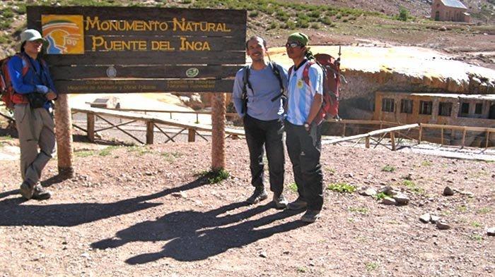 Mampir ke Puente del Inca, objek wisata berupa situs arkeologi hunian Indian di tebing batu dekat gerbang Aconcagua Provincial Park.